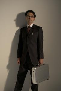 スーツケースを持ったビジネスマンの写真素材 [FYI03928665]