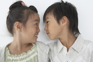 顔を見合せている男の子と女の子の写真素材 [FYI03928674]