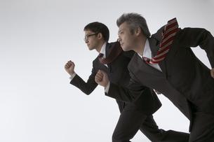 走っている二人のビジネスマンの写真素材 [FYI03928675]