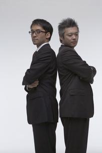 背中合わせで立っている二人のビジネスマンの写真素材 [FYI03928678]
