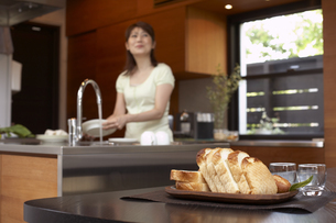キッチンで食器を洗う女性の写真素材 [FYI03928705]