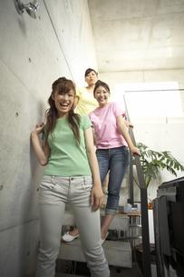 階段に立つ三人の女性の写真素材 [FYI03928718]
