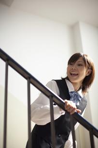階段で振り返る女子学生の写真素材 [FYI03928733]