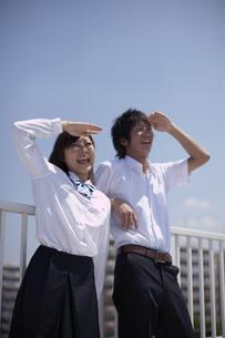 屋上でくつろぐ生徒達の写真素材 [FYI03928741]
