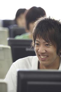 パソコンの授業を受ける男子学生の写真素材 [FYI03928744]