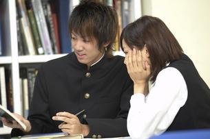 図書室で勉強をする男女学生の写真素材 [FYI03928745]