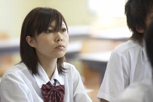 授業を真面目に聴く女子学生の写真素材 [FYI03928750]