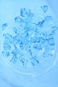 水に浮く氷 俯瞰の写真素材 [FYI03928752]