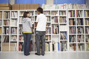 図書室で本を探す学生の写真素材 [FYI03928768]
