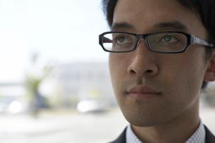 真剣な顔のメガネの男性社員の写真素材 [FYI03928785]
