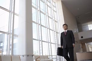 ロビーを歩くビジネスマンの写真素材 [FYI03928802]