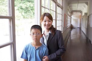 廊下に立つ男子小学生と女性教師の写真素材 [FYI03928821]