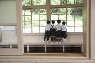 ベンチに立ち校庭を眺める小学生の写真素材 [FYI03928832]
