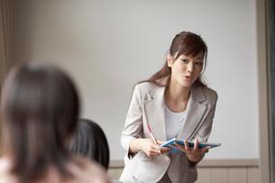 授業をする女性教師の写真素材 [FYI03928843]