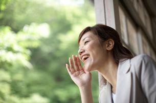 窓から外へ呼びかける女性教師の写真素材 [FYI03928845]