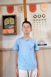身長を測る小学生の男の子の写真素材 [FYI03928858]