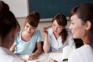 教室で会議をする4人の女性教師の写真素材 [FYI03928861]