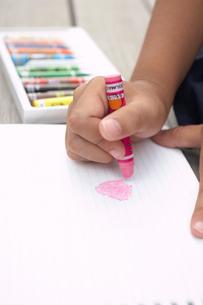 絵を書く小学生の女の子の手の写真素材 [FYI03928884]