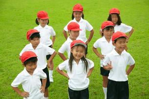 芝生の校庭に整列する小学生の写真素材 [FYI03928889]