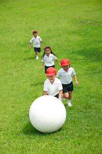 校庭で球転がしをする小学生の写真素材 [FYI03928911]