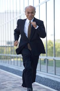 走るシニア男性のビジネスマンの写真素材 [FYI03928913]