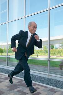 走るシニア男性のビジネスマンの写真素材 [FYI03928915]