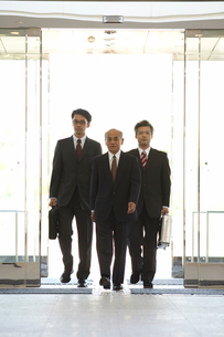 建物に入る3人のビジネスマンの写真素材 [FYI03928932]