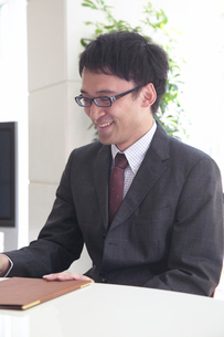 笑顔の男性社員の写真素材 [FYI03928946]