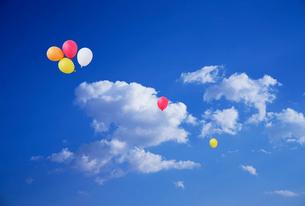 青空に浮かぶ風船のイラスト素材 [FYI03929048]