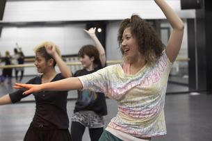 ダンスの練習をする女子学生の写真素材 [FYI03929250]