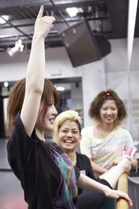 ダンスの練習をする女子学生の写真素材 [FYI03929251]