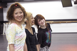 練習中の笑顔の女子学生の写真素材 [FYI03929252]