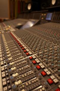 録音スタジオのミキシングルームの写真素材 [FYI03929253]