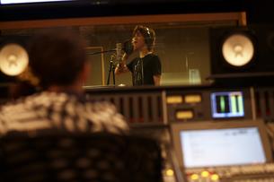 録音スタジオで歌う男性の写真素材 [FYI03929260]