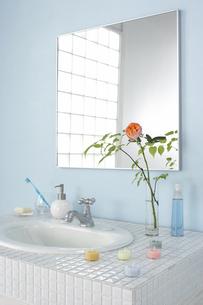 洗面台に飾られたバラの花の写真素材 [FYI03929269]