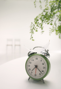目覚まし時計とグリーンの写真素材 [FYI03929294]