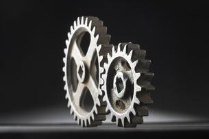 並ぶ大小二つの歯車の写真素材 [FYI03929317]