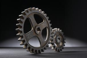 並ぶ大小二つの歯車の写真素材 [FYI03929318]