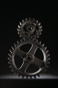 重なる大小二つの歯車の写真素材 [FYI03929322]