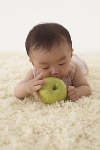 果物にキスをする赤ちゃんの写真素材 [FYI03929341]