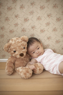 クマのぬいぐるみと赤ちゃんの写真素材 [FYI03929348]