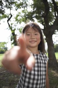 指さす女の子の写真素材 [FYI03929360]
