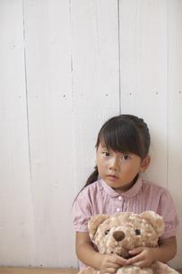 クマのぬいぐるみを持つ女の子の写真素材 [FYI03929383]