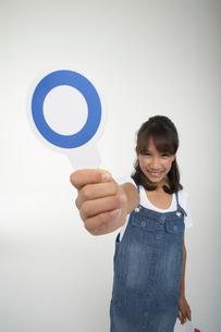 マルの札を差し出す笑顔の女の子の写真素材 [FYI03929417]