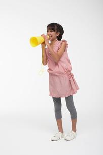 黄色いメガホンで応援する女の子の写真素材 [FYI03929425]