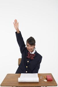 授業で手を挙げる女子学生の写真素材 [FYI03929431]