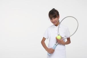 テニスラケットを持つ女子学生の写真素材 [FYI03929440]