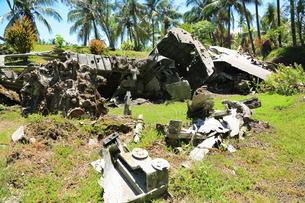 ラバウルにある米軍飛行機とゼロ戦の残骸の写真素材 [FYI03929532]