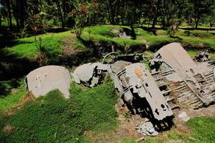 ラバウルにある米軍飛行機とゼロ戦の残骸の写真素材 [FYI03929535]