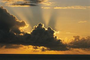 雲間からの太陽光線の夕景の写真素材 [FYI03929945]